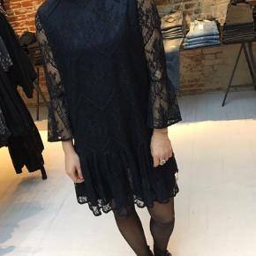 Sælger min fine ganni kjole i sort med blonder.  Kjolen har været brugt, men fejler intet. Skriv gerne for flere billeder