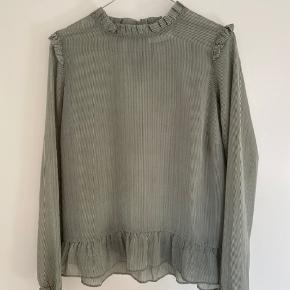 - Grøn og hvidstribet Neo Noir skjorte  - Kun brugt 1 gang og fremstår som ny  - Passes af en str xs og small