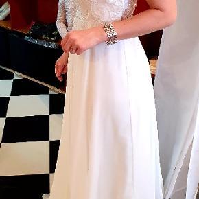 Brudekjole Fra Passions by Lilly. Kjolen har aldrig været i brug da jeg valgte en 2 delt kjole istedet,kun prøvet på i butikken. Str 36.   Oprindelig købspris 9500. Rent kup hvis du skal giftes!
