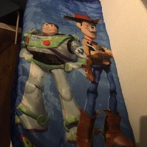 Børne soveposen er i fin stand - men mærket udenpå posen er slidt, se billede 2