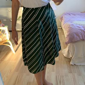 Mørkegrøn silke nederdel fra Nué Notes med hvide striber i størrelse 38 💚 Brugt én enkelt gang, og fremstår derfor som ny!   Kommer fra røgfrit hjem ✨