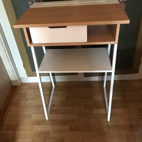 Flot skrivebord / entre møbel  Har lidt mærker  My pris 1200