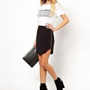 Varetype: nederdel sort scuba lynlås Størrelse: 6 Farve: Sort  Sælger denne fine nederdel fra Asos. Den er som ny :-)  Den sælges for 50 + porto :-)