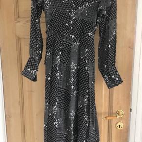 Smuk let slå-om-kjole fra Hofmann Copenhagen, perfekt til sommerens fester Aldrig brugt og derfor i perfekt stand Nypris: Dkk 2900,- Passer str S-M
