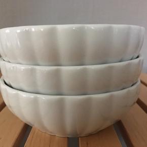 3 hvide skåle i bredrillet. 11,5 i diameter. Rigtig pæn stand.