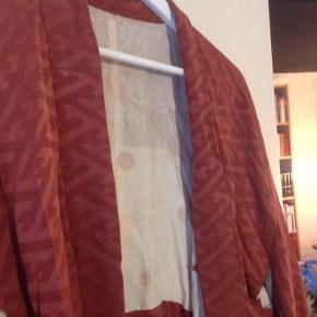 Smuk vintage japansk silkekimono. Kan både bruges en søndag derhjemme med hjemmesko eller uden over en sort kjole som festtøj. I det lækreste, japanske silke. Jeg har selv givet 1200 kr for den.  En oplagt bæredygtig julegaveidé.  #trendsalesfund