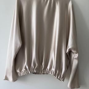 Helt ny bluse fra Zara, stadig med mærke. Fra røgfrit hjem. Har små trådudtræk ved skuldre. Np 199.