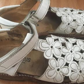 Så fine sandaler i hvid lak, som er brugt ganske få gange og de fejler ikke noget. I rigtig fin stand. Fine laksandaler med blomster Farve: Hvide