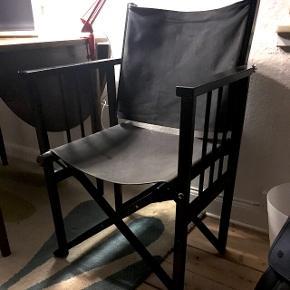 Instruktør stol i sort med sort canvas stof. Lækker at sidde i da ryggen er bevægelig og ikke fast som de tit er.