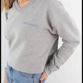 Grå Mads Nørgaard sweatshirt i en str. M. Sælges udelukkende fordi jeg ikke får den brugt nok🌸