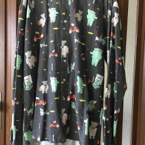 Sælger denne skjorte fra samarbejdet mellem Soulland X Babar the Elephant, skjorten er pæn og i god kvalitet  Tjek gerne mine andre annoncer med blandt andet Wood Wood, JW Anderson, Soulland, Comme Des Garçons, NN07 mm.  Soulland X Babar the Elephant skjorte Farve: Sort Oprindelig købspris: 1400 kr.