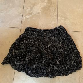 Super fin nederdel. Lukkes med lynlås i siderne