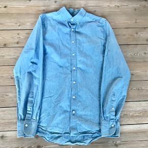 GANT skjorte. Lækker lyseblå, tynd cowboyskjorte i str. 40. Køb billigt.