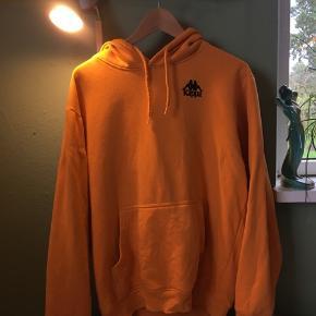 ✴️Mega fed orange Kappa hoodie, med sort logo på ryggen. Brugt og vasket, men ingen huller eller pletter✴️