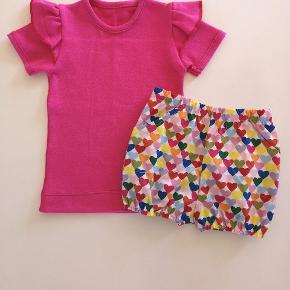 Hjemmesyet sæt str. 86  T-shirt med flæse og bloomers / shorts  Nyt mønster jeg har prøvet, så der kan forekomme lidt skønhedsfejl 🙈😄🌸