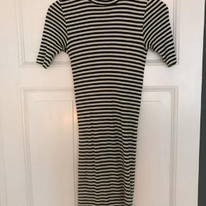 Stribet kjole i hvid/mørkegrøn