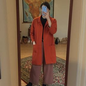 Orange jakke/blazer med to forskellige slags lommer. Materiale: 31% uld, 30% viscose, 23% akryl, 16% polyester. #blackfriday