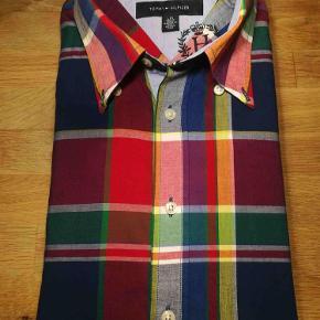 Varetype: Skjorte Farve: Multi Oprindelig købspris: 1000 kr.  Flot farverig skjorte fra Tommy Hilfiger.  Se også mine andre annoncer af mærkevarer af høj kvalitet og stand, til både mænd og det smukke køn.
