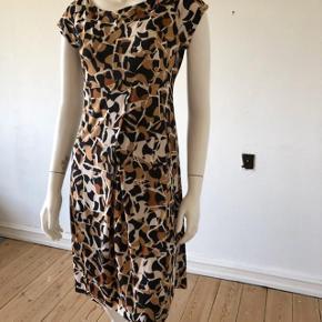 Så smuk kjole fra DVF. Brugt men fejler intet. I super flot stand og uden brugspor på. Blev vasket kun i hånd vask.  Lavet af silk blanding.  Str S.  Byttes ikke.