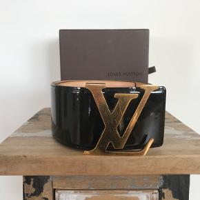 Super flot Louis Vuitton bælte i sort læder/lak med guld spænde.  Bæltet er 6,2 cm bredt og hullerne er 80 til 90 cm. Størrelse 85/34.  Datokode: CT0048  Leveres med LV box.  Kom med et bud!