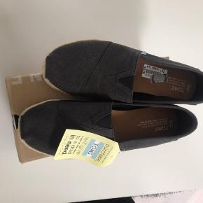 Sælger disse flotte Toms sko!  De er super behagelige og gå i og lækre og have på!  De er aldrig brugt prismærkerne sidder stadig på og har stadig orginal æsken.  Åben for bud!