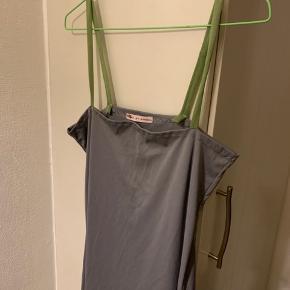 Kjole / Lang 'underkjole' fra Betina Bakdahl i str. one size. Brugt og vasket en gang - (den håndlavede nederste 2 cm grønne blonde kant har et par fejl / små huller. Derfor r kjolen sat til 100 (og nypris 1000+)