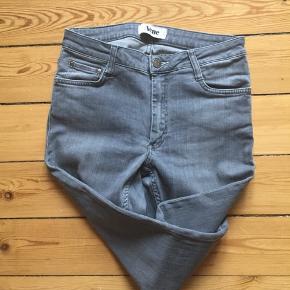 Acne jeans i grå Str: W28/L32 Er som nye. Åben for bud 😊  Afhentes 2450 Kbh Sv Sender med DAO.