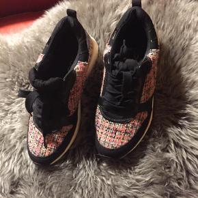 74b1ed17a57f Varetype  Sneakers Farve  Sort Fine sneakers i tweed stof. Hvide såler.  Velholdte