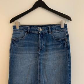 Sælger disse to nederdele - En i sort og en i denim ;)  Prisen er for begge, men skriv hvis du kun er interesseret i den ene :)