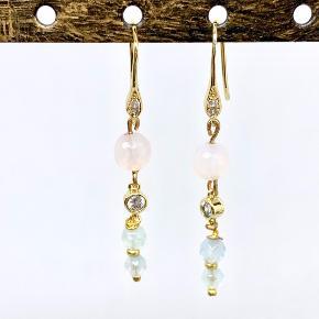 Et par skønne øreringe har set dagens lys. Jeg har brugt smukke agat perler, facet glas perler og ørekroge og led med klare cubic zirkonia sten.  Prisen er pr. par   Kan sendes for 10,- som brev eller for 35,- som pakke.