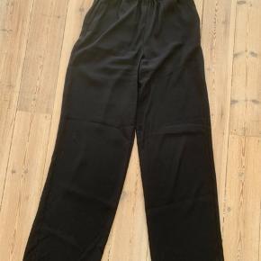 Bukserne er højtaljede med elastik i livet. De går lige ned ad benene🌸