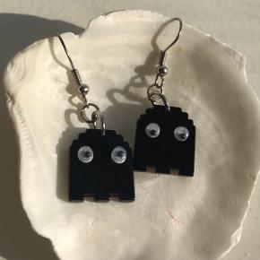 Små sorte spøgelses øreringe. Sølv Pac man spøgelse :)