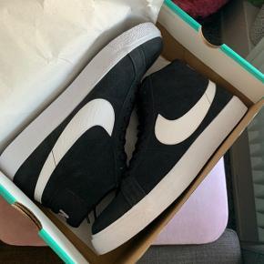 Helt nye Nike SB Zoom Blazer Mid. Købt i en forkert størrelse og sælges derfor. Sprit nye og er ikke engang prøvet på.