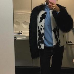 Flot pels fra en af Saks Potts' ældre kollektioner i samarbejde med Kopenhagen Fur. Pelsen er i ræv og mink. Nypris: 40.000. Dustbag følger med.