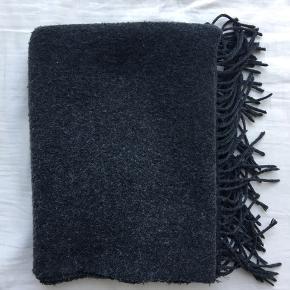 Halstørklæde fra Gina Tricot Brugt men i god stand  Mørke grå