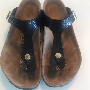 """Sælger mine Birkenstock sandaler i sort """"snake"""" med guld :-) Har købt dem hos Bahne og brugt tre gange - må desværre konstatere, at jeg ikke går godt i dem🌸"""
