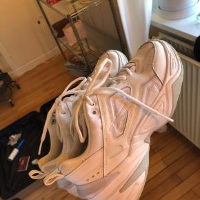 Mine flotte dejlige sko i str 38,5 sælges da de desværre er en str for store til mig.  Bytter gerne med de samme i str 37,5  Nike mk2 / m2k / tekno / techno