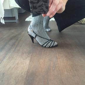 Sorte stiletter,  sandaler a la Christian Dior, enkelte små skrammer på hæl som KUN ses når man går helt tæt på