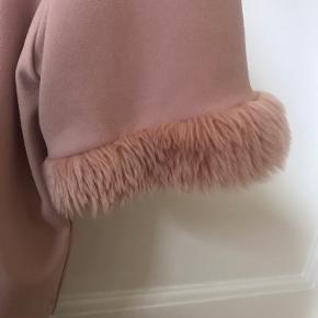 Rigtig fin bluse med plysærmer fra zara. Har nogle enkelte steder i stoffet, hvor man meget svagt kan fornemme, at stoffet har siddet fast i noget. Ses blandt andet på tredje billede :)
