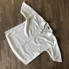 Smuk hvid skjorte i et østligt udtryk. Med perler og i blød bomuld.  Fejler intet og har ingen brugsspor.   Kan sendes på købers regning 🚛  ‼️SE OGSÅ MINE ANDRE ANNONCER‼️