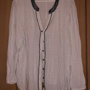 Adia skjorte hvid med sorte prikker str. 46/48  Byd :-)