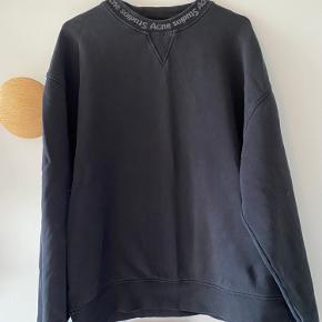 Acne Studios sort sweatshirt | Str xxs, dog meget oversized, derfor passes den af alt fra xs-m | Der har været et lille hul i ærmet, dog er det syet nu og er næsten ikke synligt (ses på sidste billede)☺️