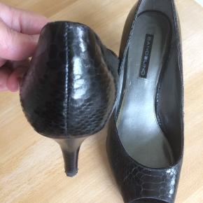 Bandolino peeptoe sko med 6cm hæl. Brugt én gang. Lille hak ved hælen (se billede). Passer en 40 og 41. Bud modtages gerne :-)