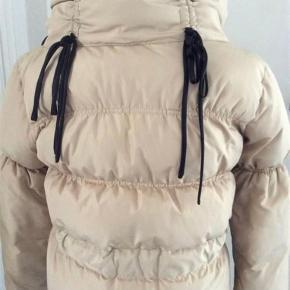 Super flot jakke fra mærket SAND.  Brugt meget sparsomt.  Betaling via mobilepay 🌸