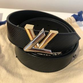 Flot bælte fra Louis Vuitton. Bæltet er Epi læder og er brugt 1-2 gange og fejler derfor ikke noget.  Kvittering, dustbag og æske følger med