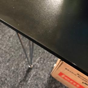 Bordet er fra jysk og havde en nypris på 899kr. Er brugt meget få gange, men har fået en lille ridse efter flytning. (Se billede) Stolene er i læder med sølvmetal ben, og har lidt brugsspor. Mærke er ukendt. Der er 4 stk. Bord + læderstole sælges samlet for 700kr.   AFHENTES VED NÆSTVED