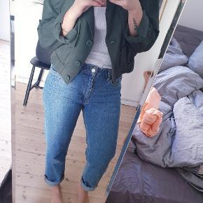 Rå vintage-looking jakke fra Another Stories. Np 700. Jeg er en S og passer den som på billedet. Den er oversize.