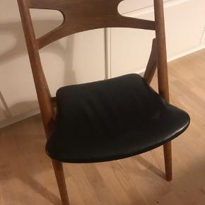 6 stk Wegner savbukkestole ca 25 år gamle i egetræ med sort læder. Alle i god stand dog er læderet slidt og en enkelt stols læder er med et langt rids med hul i. Super fede stole.