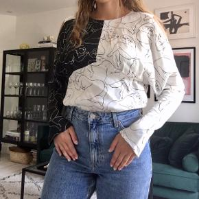 Super pæn og anderledes skjorte/bluse i det fineste mønster! Kan bruges på forskellige måder - se to af dem på billederne!