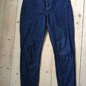Fede mompants fra American vintage. Mørk blå farve - benene er lidt lange, så jeg har været nødt til at smøge dem lidt op (jeg er 170cm). Højtaljede - sidder rigtig godt i taljen.  Sælges da jeg ikke kan passe dem længere.   Se mine andre annoncer ☺️ —————————————— American vintage - Skall studio - Acne studio - ganni - aiayu - garment project - nature - &otherstories - rosemunde - m.fl.